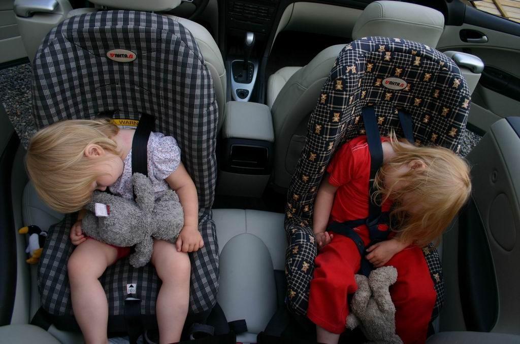 Baby fast i avlarmad bil